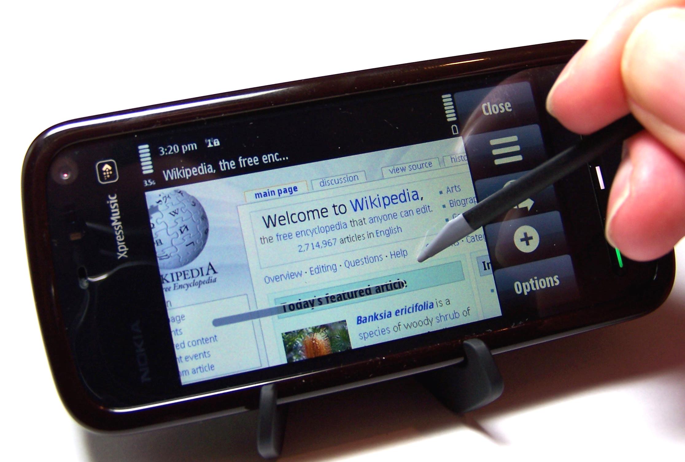 Nokia 5800 con stand e pennino in navigazione Internet